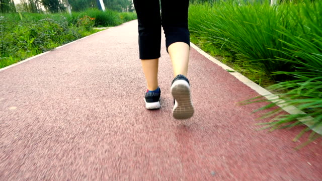 Vrouw lopen op park weg