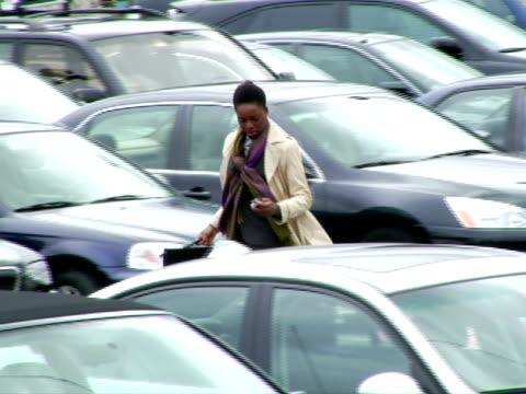 vídeos de stock, filmes e b-roll de ms, ts, woman walking on parking lot, talking on mobile phone, chappaqua, new york state, usa - só uma mulher de idade mediana