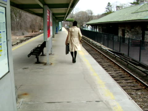 vídeos y material grabado en eventos de stock de ms, woman walking on railroad station platform, rear view, chappaqua, new york state, usa - sobretodo