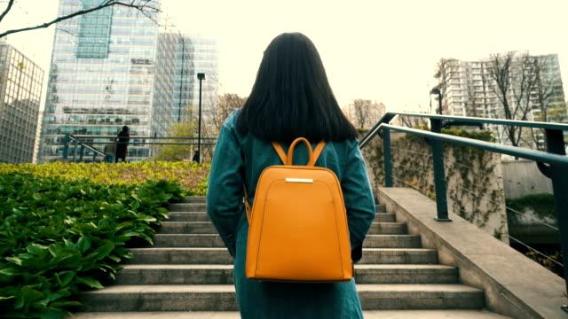 vidéos et rushes de femme qui marche sur la rues escaliers - être à l'aise