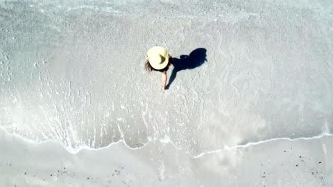 vídeos y material grabado en eventos de stock de mujer caminando en la playa - vista de abejón - coastline