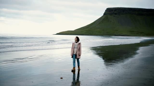 Vrouw lopen op het strand in IJsland