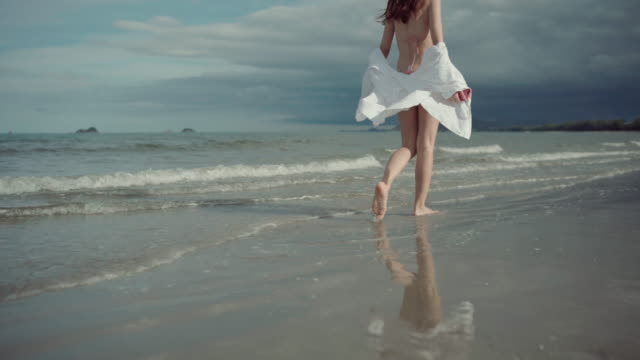 vídeos de stock, filmes e b-roll de mulher andando na praia - swimwear