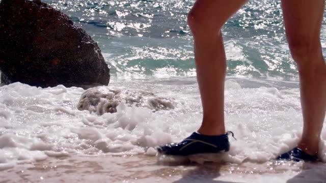 SLO MO mulher Andar na praia