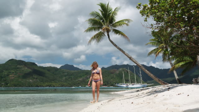 woman walking on the beach - isola di tahaa video stock e b–roll