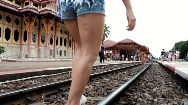 stockvideo's en b-roll-footage met vrouw lopen op de spoorweg, vrijheid concept - vrouwelijke gestalte