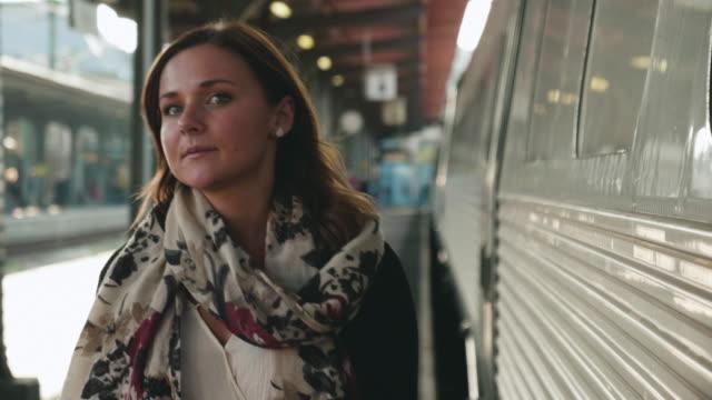 Frau zu Fuß am Bahnhof Bahnsteig