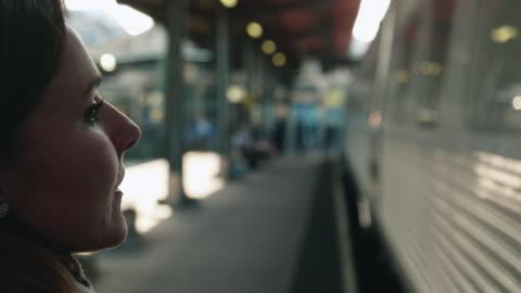 vídeos y material grabado en eventos de stock de mujer caminando sobre la plataforma de la estación de tren - metro transporte
