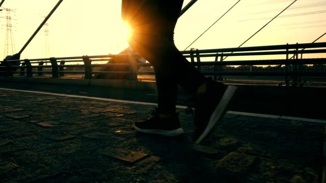 屋外で日光を歩く女性 - 横位置点の映像素材/bロール