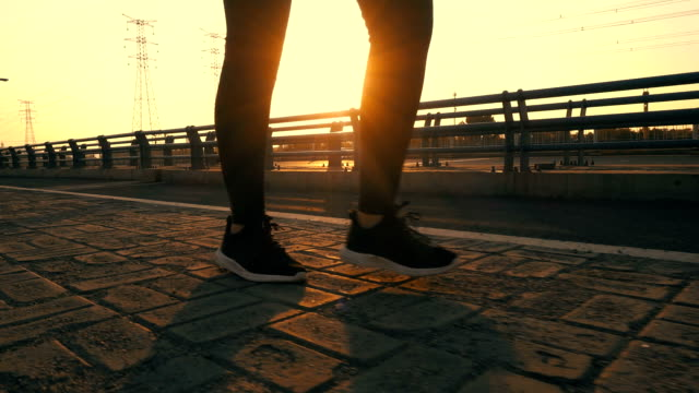 woman walking outdoors with sunlight - brooklyn bridge stock videos & royalty-free footage