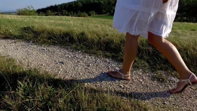 donna che cammina. rallentatore - vestito bianco video stock e b–roll