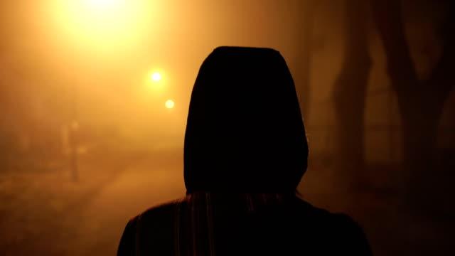 vídeos de stock e filmes b-roll de woman walking through a misty night - espiritualidade