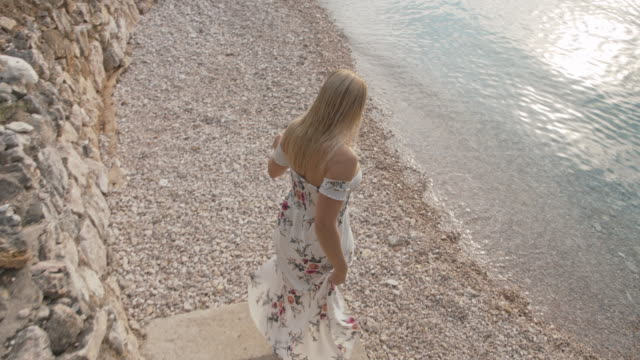 ts woman walking to a beach - mid adult women stock videos & royalty-free footage