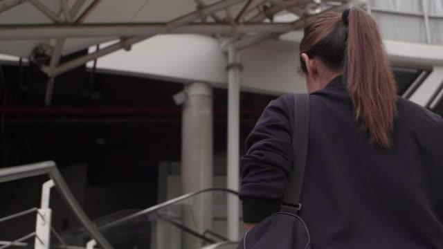 vídeos de stock, filmes e b-roll de uma mulher caminhando para um ponto de fitness - carrying