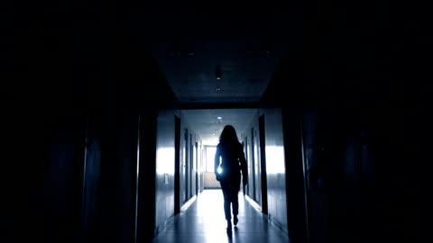 光に歩いている女性 - 踏む点の映像素材/bロール