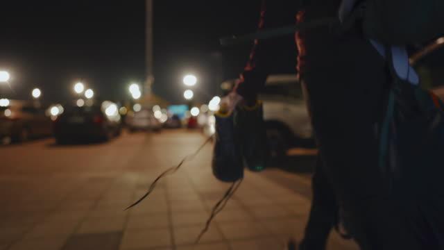靴とテントを手にして車に向かって歩く女性 - アドレナリン点の映像素材/bロール