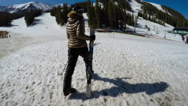 stockvideo's en b-roll-footage met woman walking towards chairlift, holding skis, ski resort - ski jack