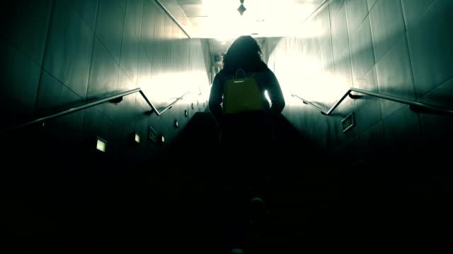 vídeos y material grabado en eventos de stock de mujer subiendo en oscuridad - imagen minimalista