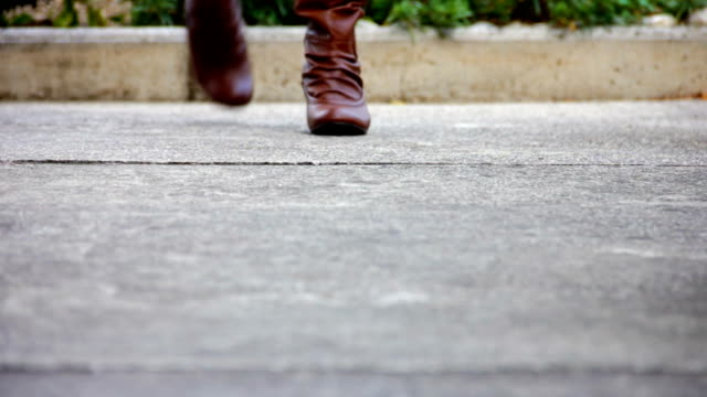 hd :女性ウォーキング、信頼のブーツ - ブーツ点の映像素材/bロール