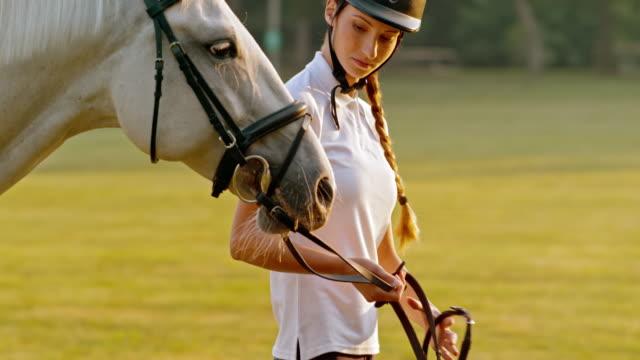 vidéos et rushes de slo missouri femme marchant avec cheval - monter à cheval