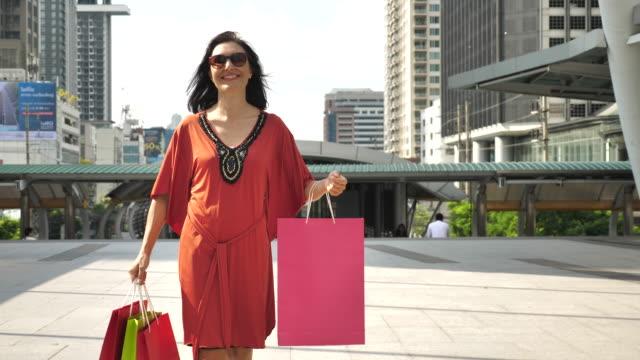 Kvinnan promenader med Shopping väska