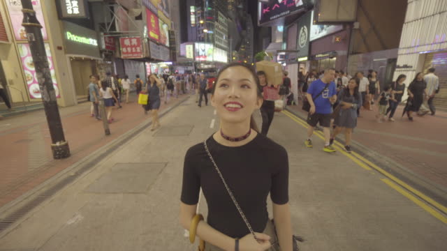 vidéos et rushes de woman walks in hong kong at night, china - destination de voyage