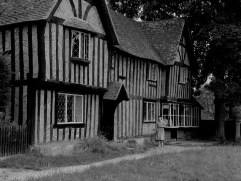 vidéos et rushes de a woman walks into a tudor house in the village of east hendred - berkshire angleterre