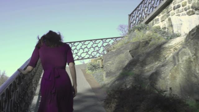 vídeos y material grabado en eventos de stock de steadicam de hd: mujer camina arriba - pared de roca