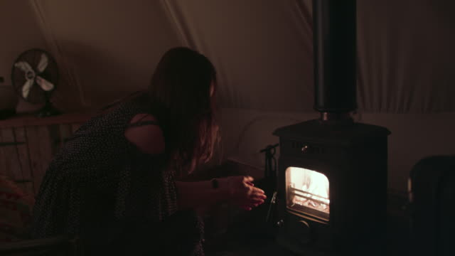 vídeos de stock e filmes b-roll de woman warming hands - chipping norton england