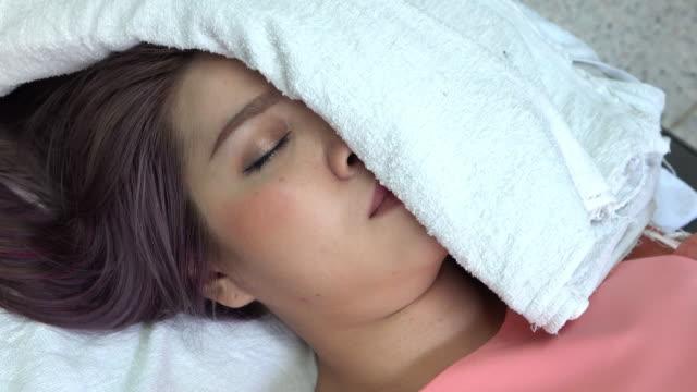 Frau Bells Lähmung, warme Kompresse Handtuch auf Gesicht