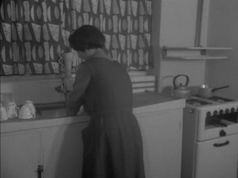 vídeos de stock e filmes b-roll de woman washes dishes in a kitchen sink. - lava loiças