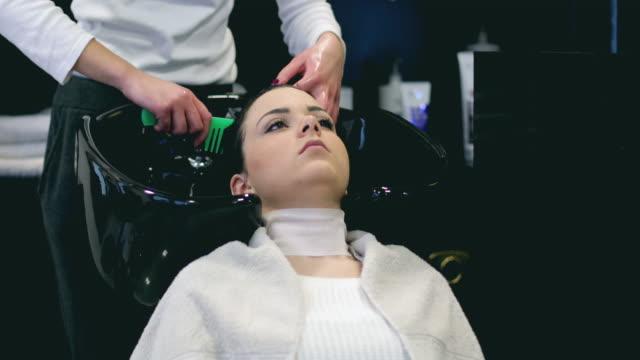 frau haare waschen in friseursalon - schönheitssalon stock-videos und b-roll-filmmaterial