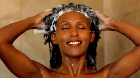 vídeos y material grabado en eventos de stock de lavado de cabeza de mujer. - cabello negro