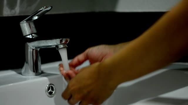 彼女の手を洗浄している女性 - 洗う点の映像素材/bロール