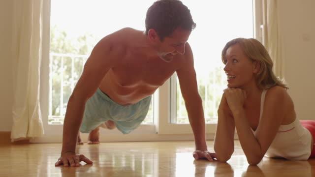 vídeos y material grabado en eventos de stock de woman watching man do push-ups/marbella region, spain - entrenamiento sin material