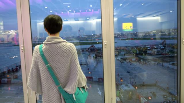 Frau vor dem Flugzeug Abheben