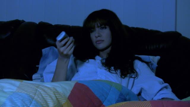 hd: frau vor dem fernseher schlafenszeit - zusehen stock-videos und b-roll-filmmaterial