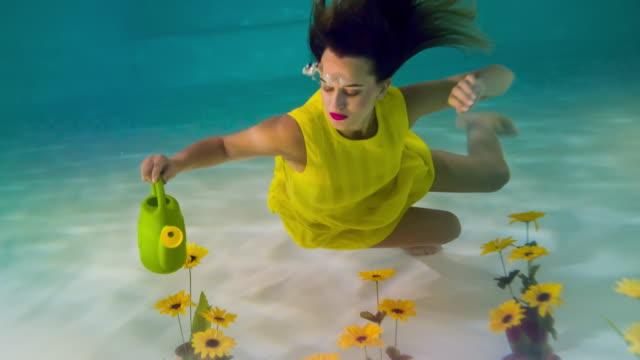 Vrouw drenken bloemen onder water.