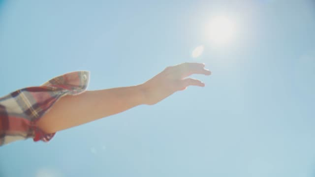 vidéos et rushes de femme agitant la main par le fourgon pendant le jour ensoleillé - voyage en voiture