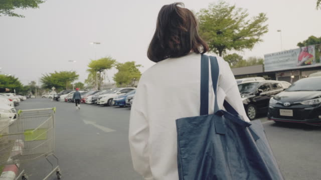 在雜貨店戴口罩的女人。 - parking 個影片檔及 b 捲影像