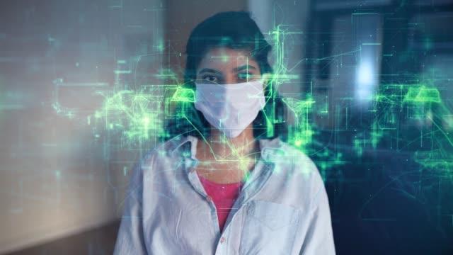 vidéos et rushes de femme portant un masque protecteur avec la représentation conceptuelle du flux d'information numérique - micro organisme