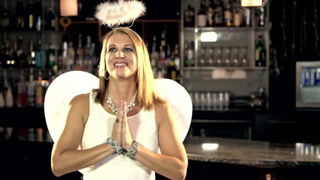 Frau trägt Engel Kostüm