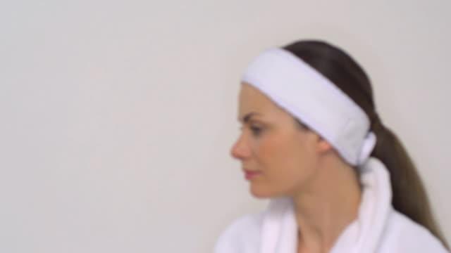 cu slo mo woman wearing bathrobe / london, greater london, united kingdom   - intoning bildbanksvideor och videomaterial från bakom kulisserna