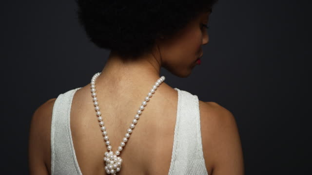vídeos de stock, filmes e b-roll de woman wearing elegant pearl necklace - colar