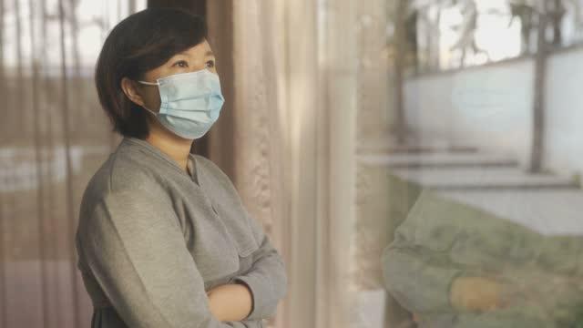 stockvideo's en b-roll-footage met vrouw die gezichtsmasker draagt - de curve afvlakken