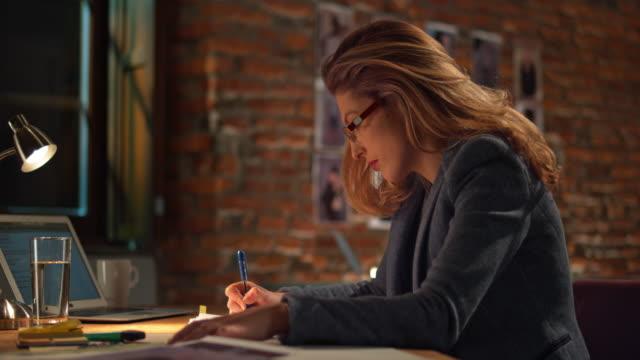 LD donna con gli occhiali che lavora in ufficio startup notturno