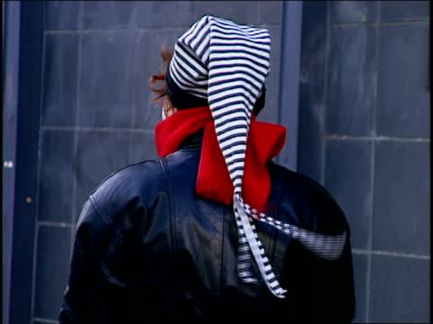 woman wearing grunge hat in nyc - moderne rockmusik stock-videos und b-roll-filmmaterial