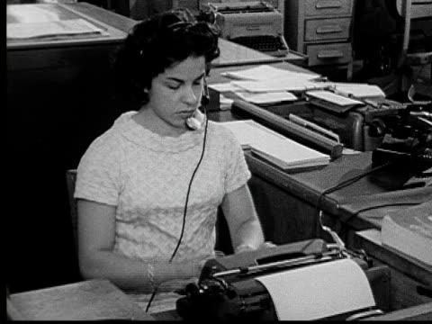vídeos y material grabado en eventos de stock de 1955 ms woman wearing headset as she types at her desk/ buffalo, new york - secretaria