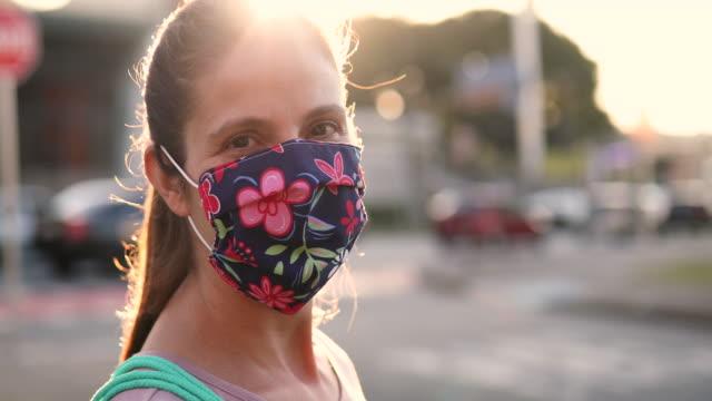 vídeos de stock e filmes b-roll de woman wearing homemade protective mask - retroiluminado