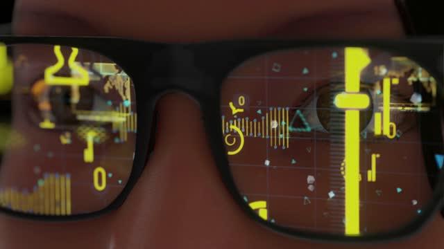 vídeos y material grabado en eventos de stock de mujer con gafas modernas gafas inteligentes y concepto de realidad con pantalla futurista. tecnología virtual. primer plano de la vista rodeado de estadísticas y análisis de manzanas - realidad aumentada